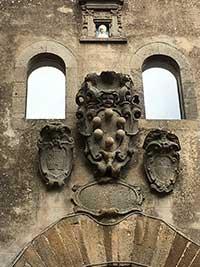 Arcidosso, stemmi sulla Porta del Castello