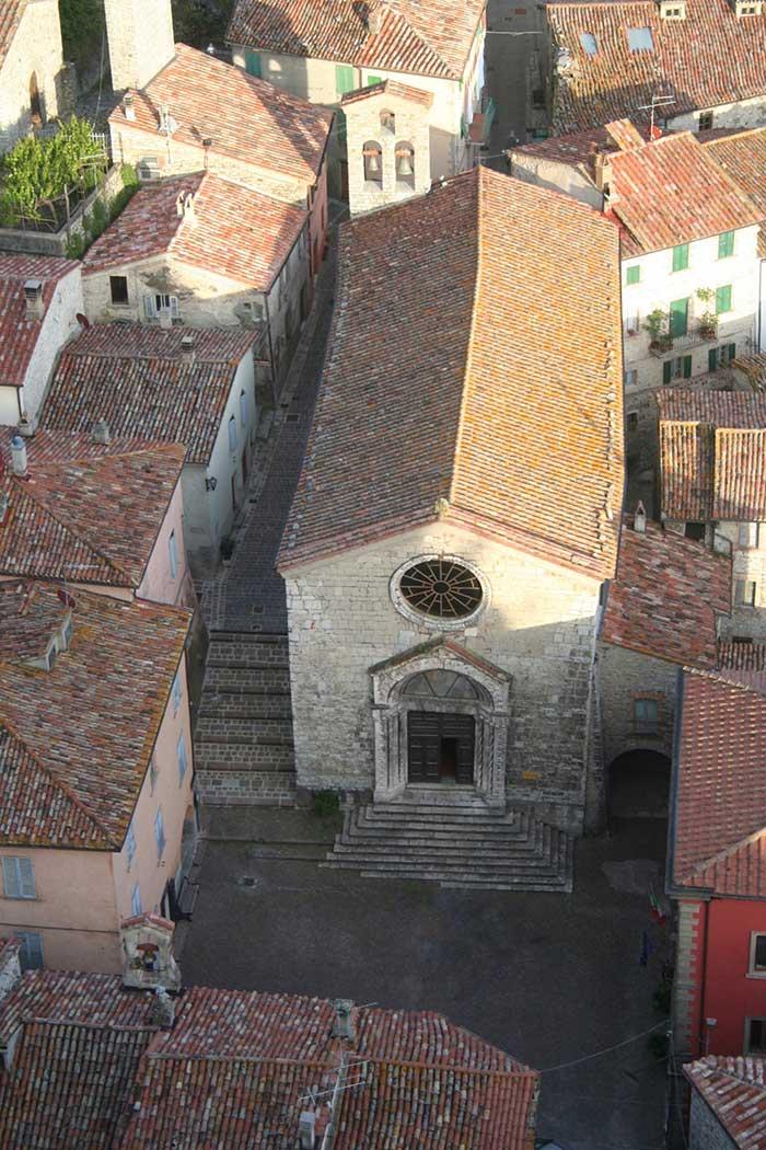 Roccalbegna, Chiesa dei Santi Pietro e Paolo, vista dalla Rocca