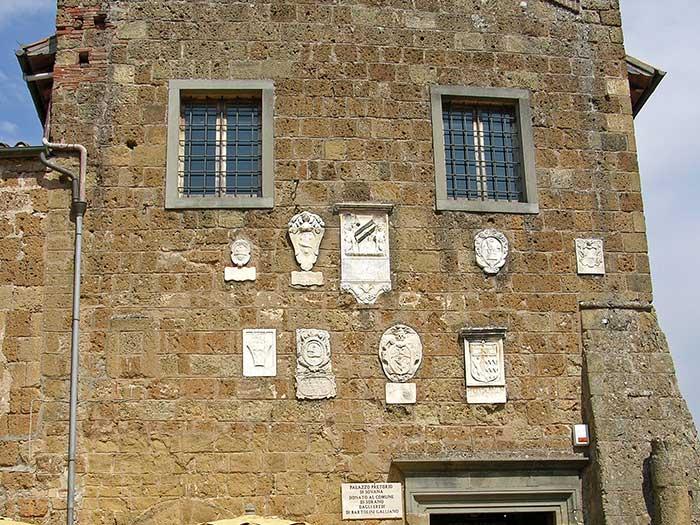 Palazzo Pretorio, stemmi